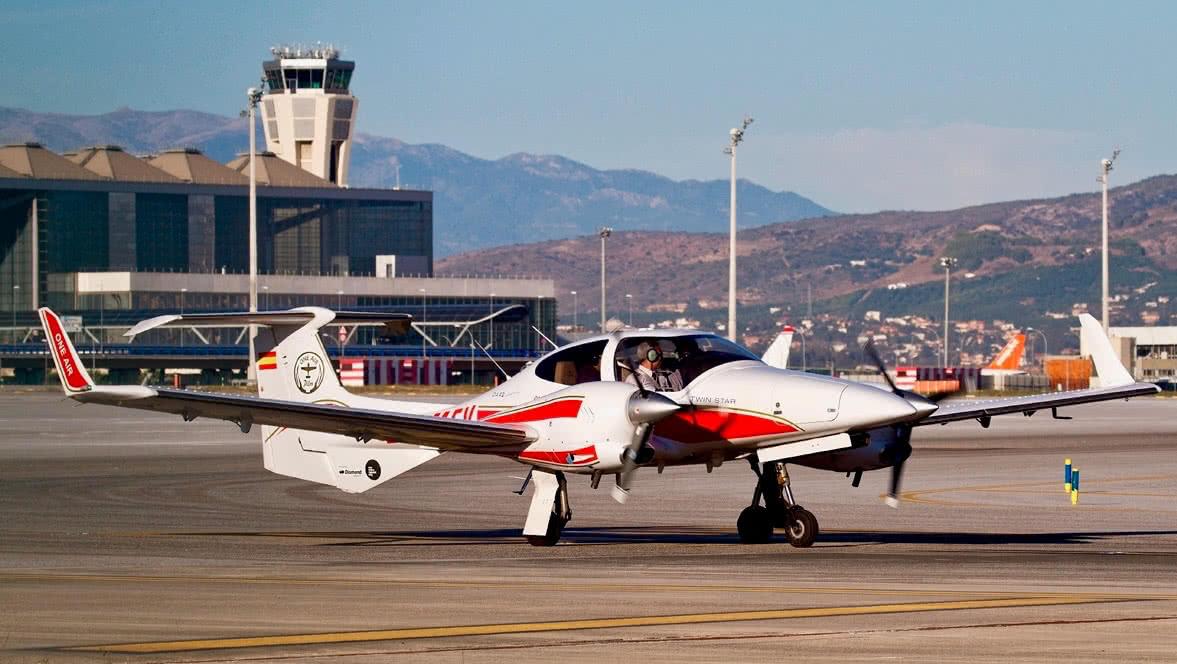 avion diamond da42 multimotor en la pista del aeropuerto de malaga