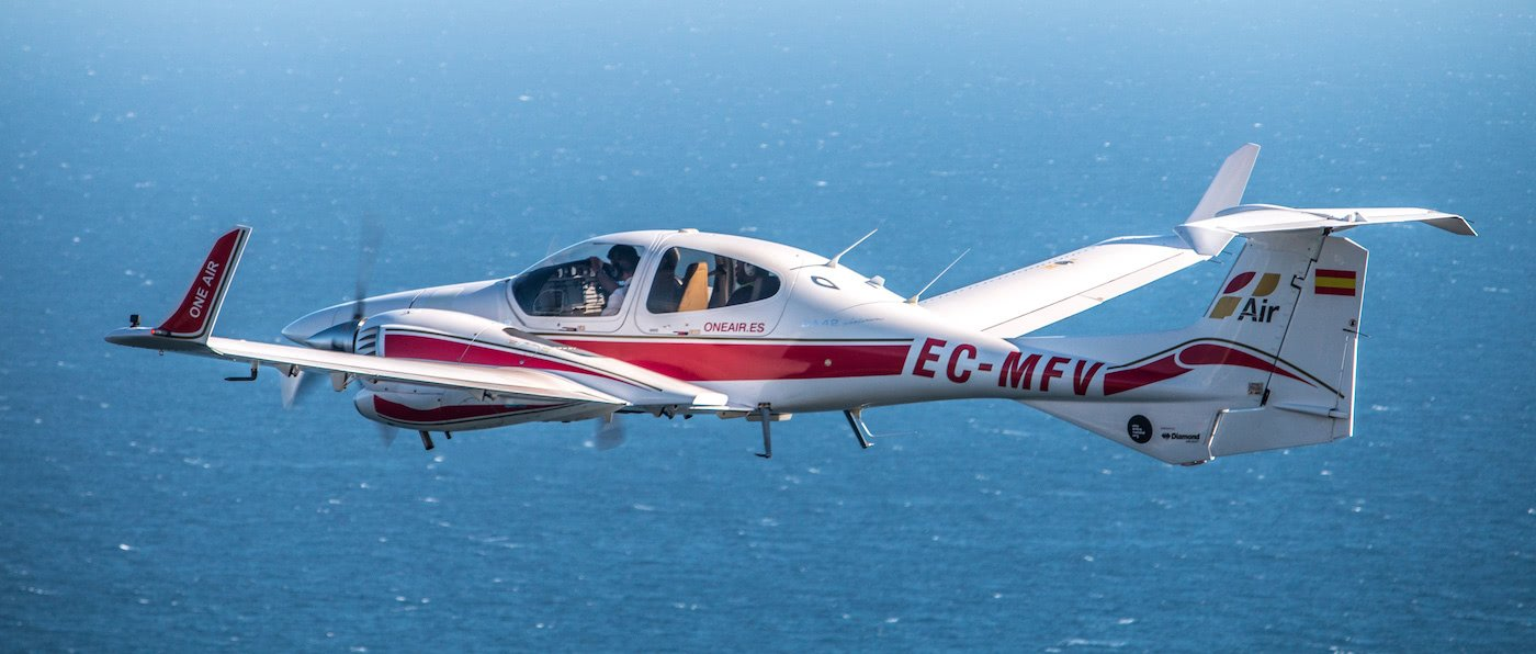 aeronave bimotor diamond da42 de one air aviacion en vuelo sobre el mar
