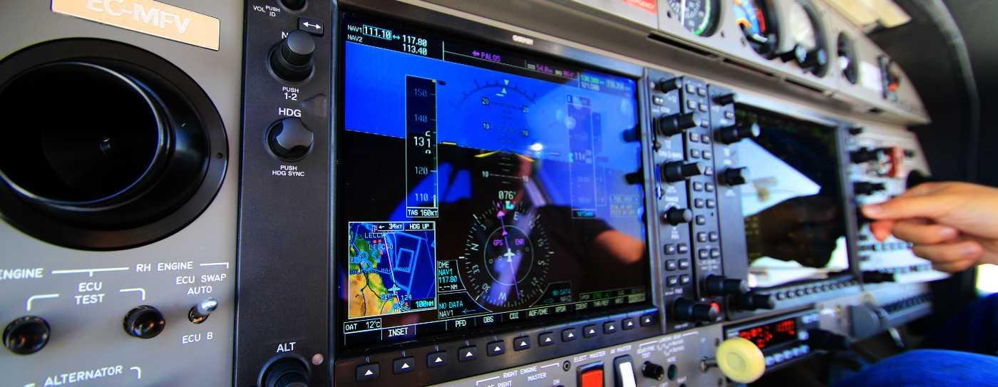 detalle de controles de una aeronave
