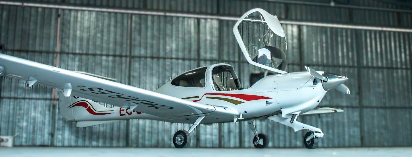 avion diamond da20 de la escuela one air estacionado en un angar