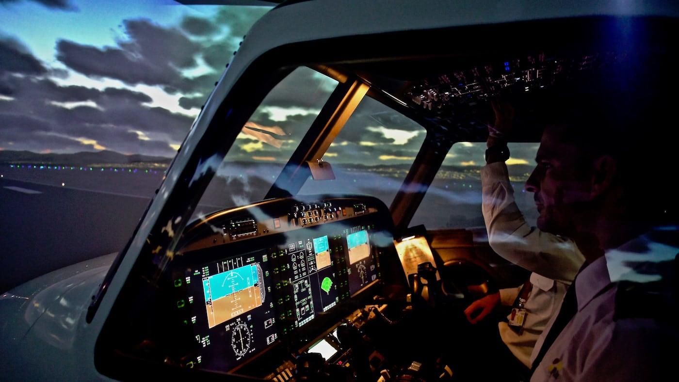 cabina de piloto de aviones de un simulador alsim alx con dos pilotos al mando