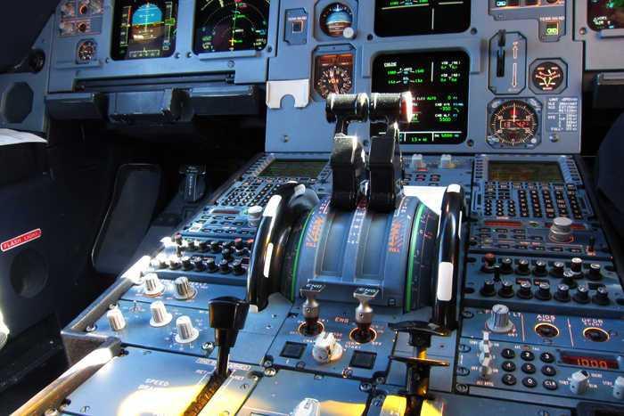panel de mandos de un avion airbus