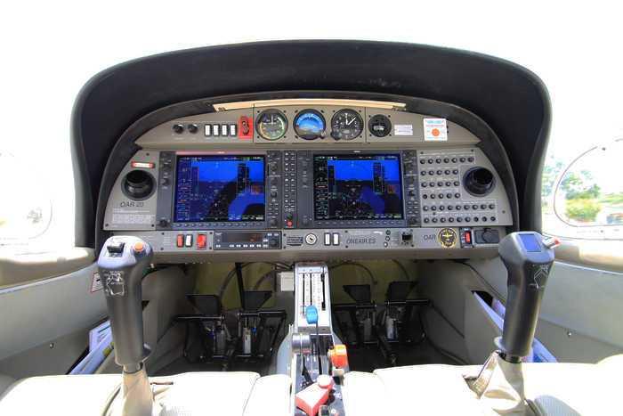 panel de mandos de la cabina de un avion diamond da20 con pantallas del garmin 1000