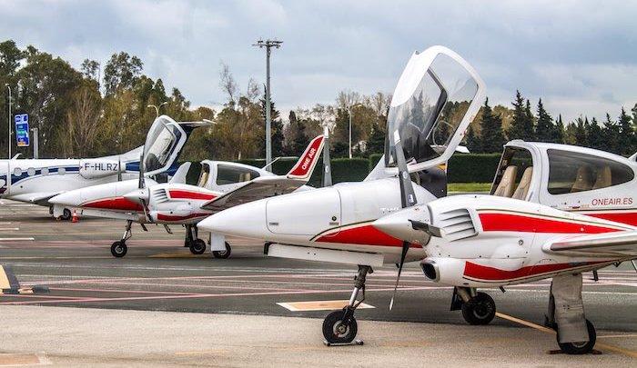 dos aviones de la escuela de formacion de pilotos one air aterrizados uno junto al otro en el aeropuerto de malaga