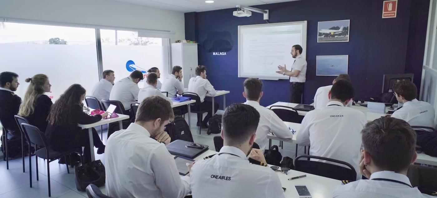 alumnos de one air en aula dando clase con instructor