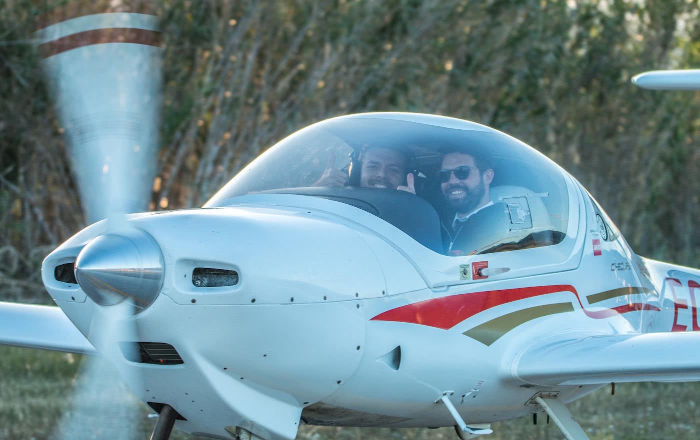 instructores sonrientes de one air aviacion en aeronave diamond
