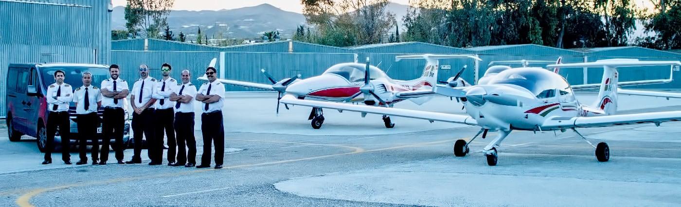 instructores de one air aviacion en aerodromo con furgoneta detras y parte de la flota de aviones diamond