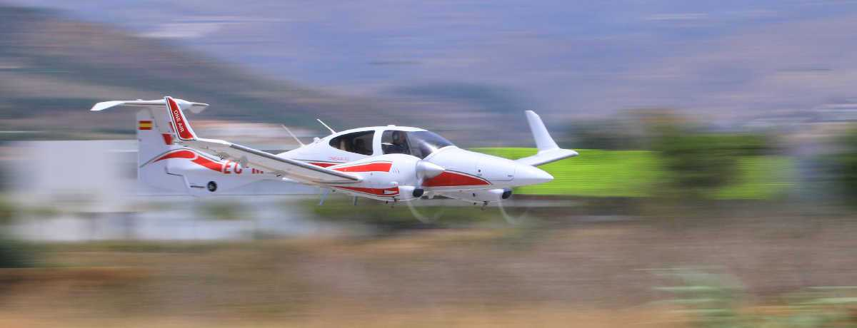 aeronave diamond da42 de one air aviacion en vuelo