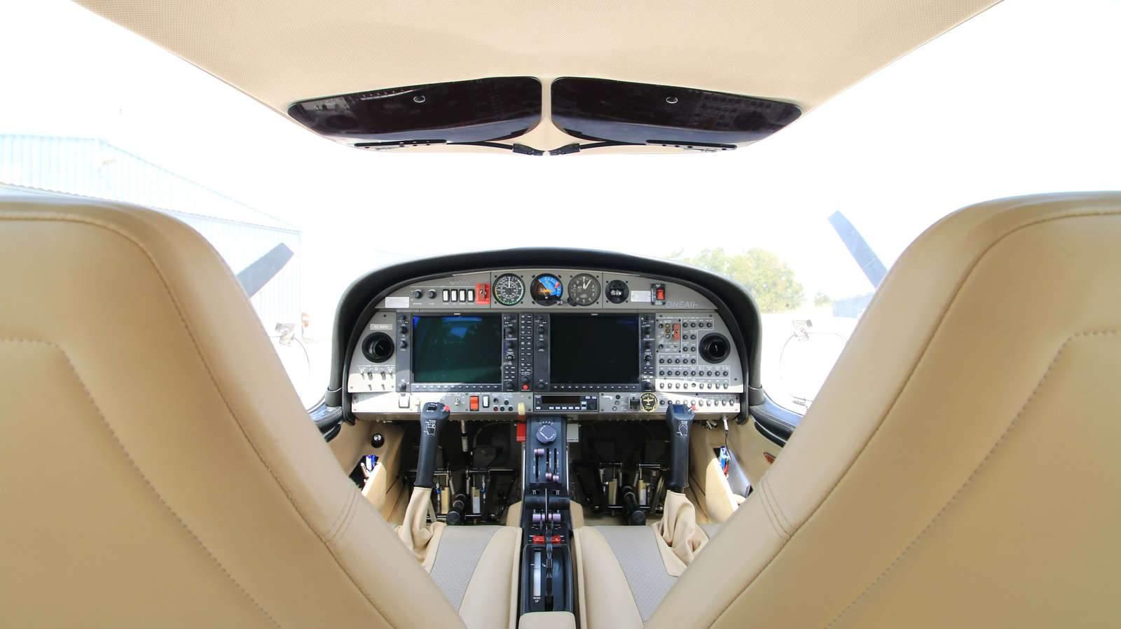 interior de aeronave diamond da42 de one air aviacion