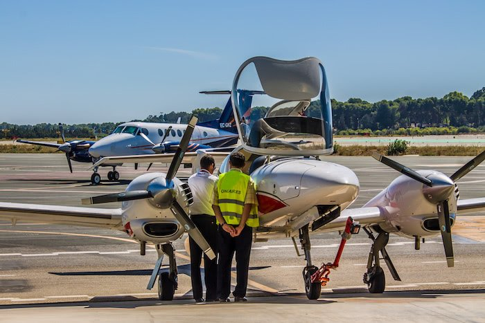 instructor y tecnico de one air aviacion con aeronave diamond da42