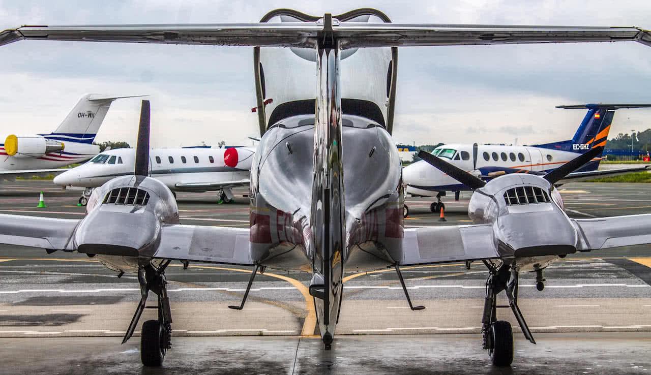 vista trasera de un avion da42 con dos aviones privados aterrizados enfrente