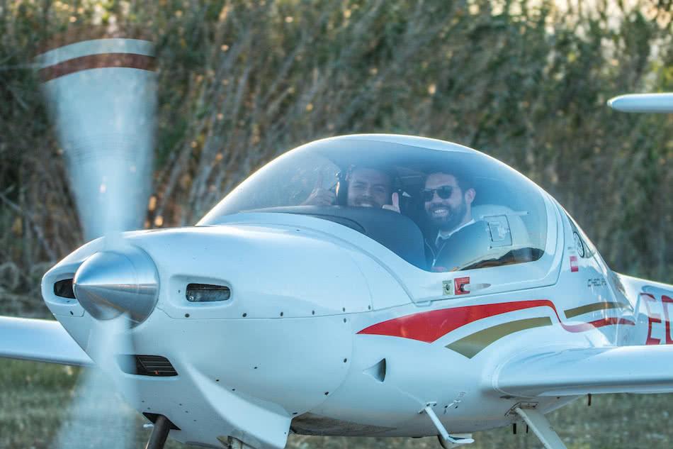 vista exterior del avion diamond da20 con un piloto instructor y un alumno