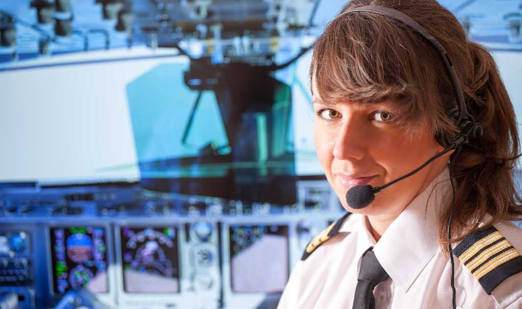 piloto de avion mujer en la cabina de un avion airbus