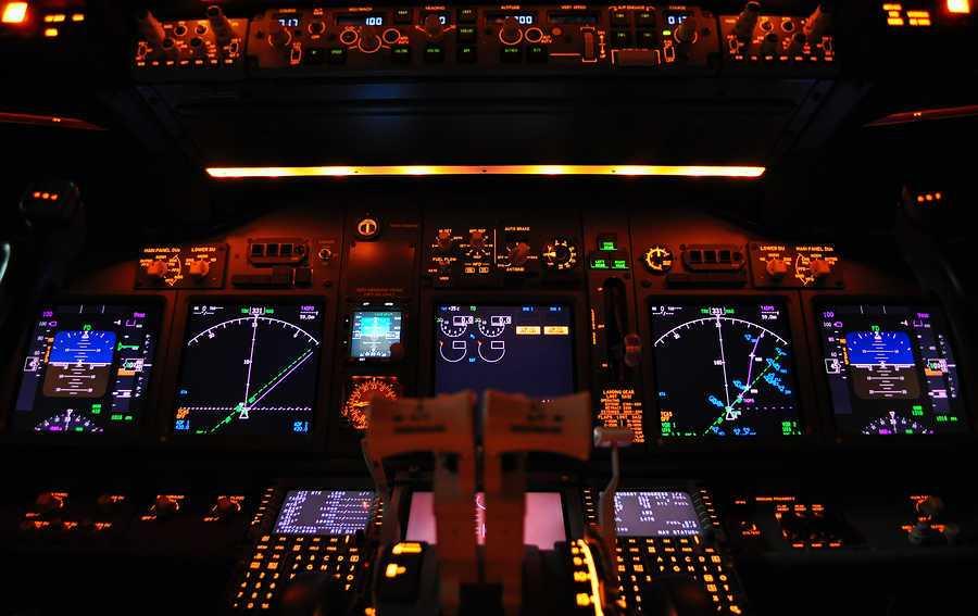 panel de mandos iluminado de un avion airbus