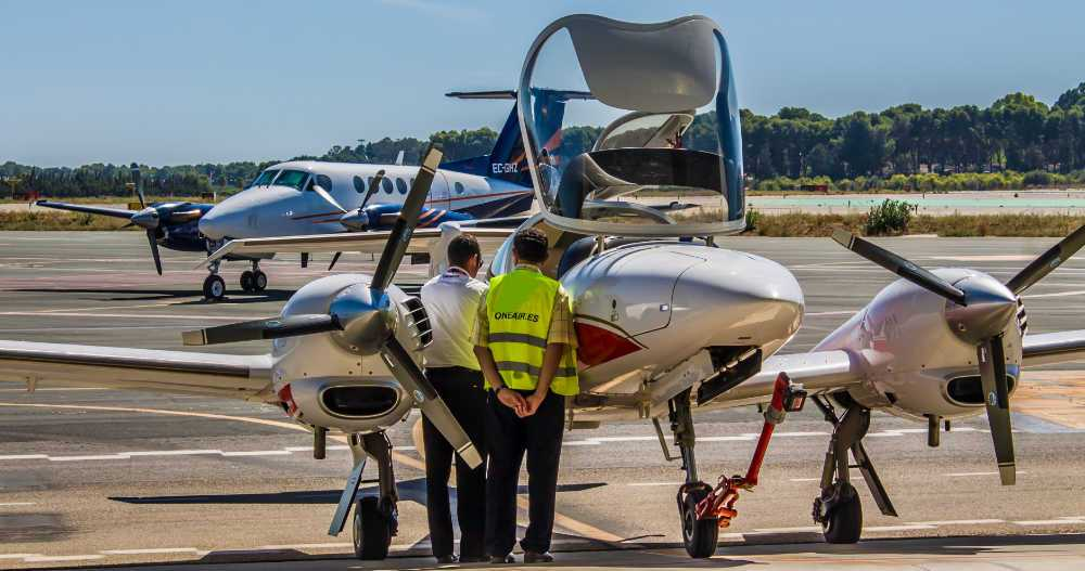 instructor y tecnico de one air aviacion haciendo mantenimiento a aeronave diamond da42