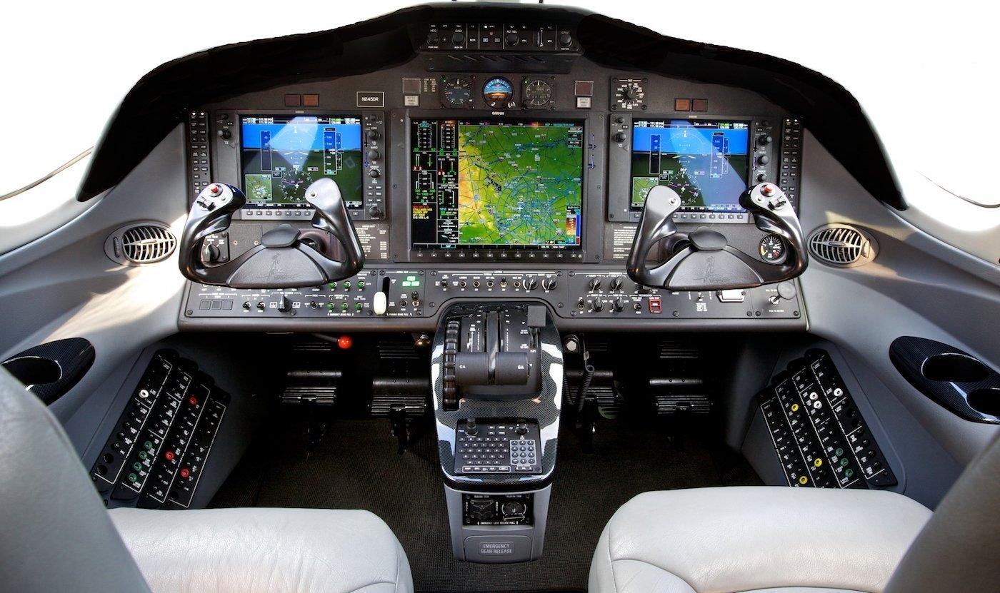 interior de cabina de un avion con avionica garmin 1000 mostrando carta de mapas y indices de elevación