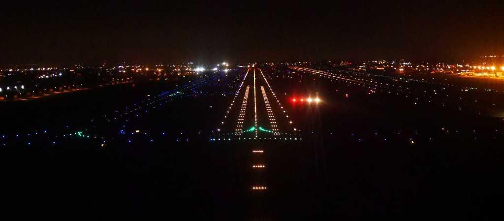 pista de aterrizaje iluminada con luces nocturnas