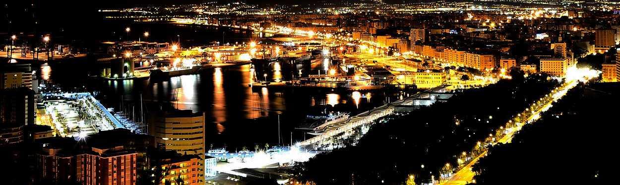 aerea de ciudad de malaga de noche