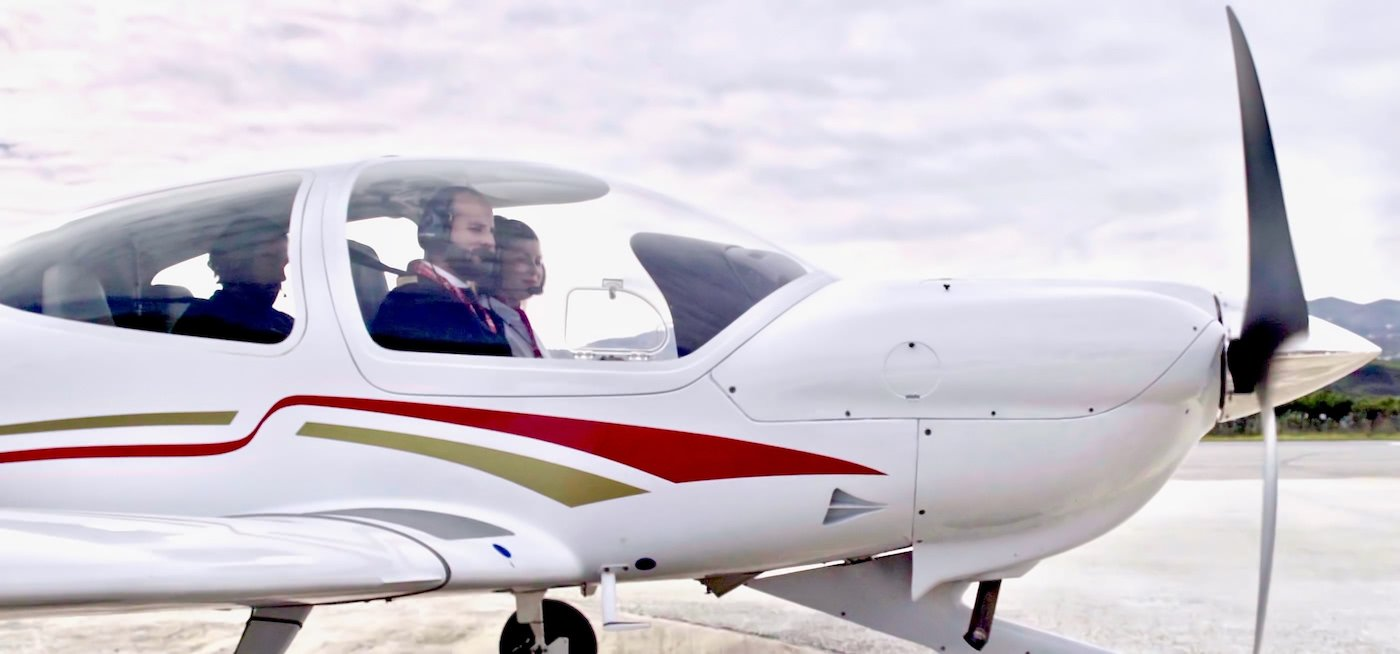 aeronave diamond da40 de one air aviacion con instructor y estudiante de curso de tcp