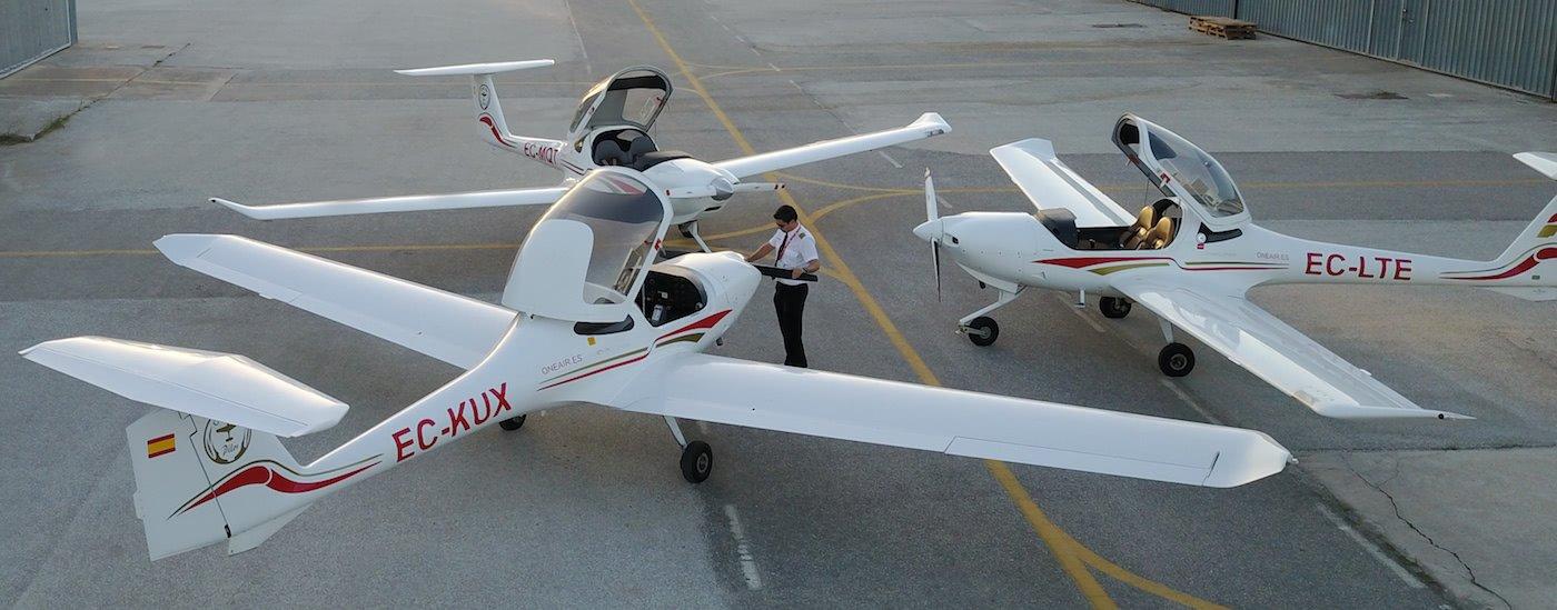 aeronaves diamond da20 de one air aviacion con instructor haciendo ajustes a una de ellas