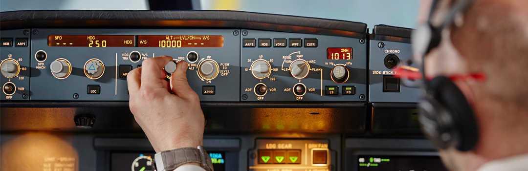 piloto ajustando controles de aeronave