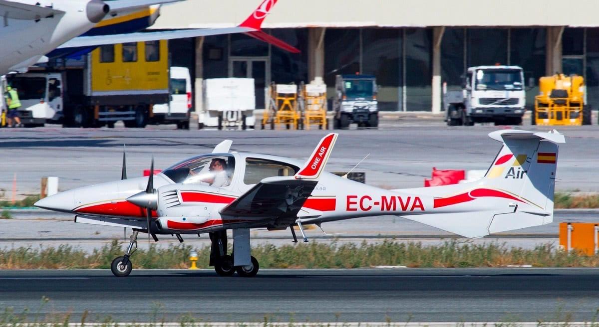 aeronave diamond da42 de one air aviacion en el aeropuerto de malaga