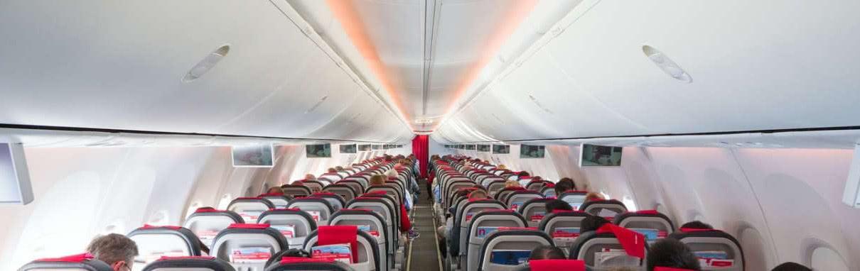 pasillo de avion de pasajeros con techo iluminado