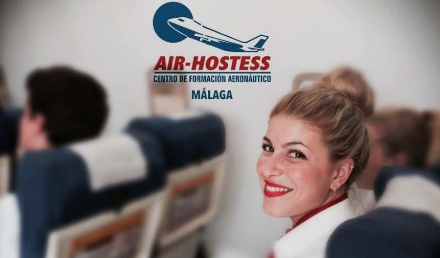 estudiante de air hostess malaga en simulador de cabina sonriendo