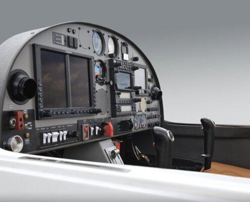vista del cockpit abierto de una aeronave diamond da20