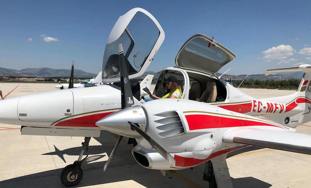 mujer piloto dentro de una diamond da42 de one air con la cabina abierta