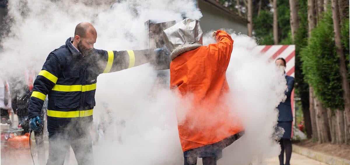 alumna de air hostess malaga haciendo practicas contra incendios