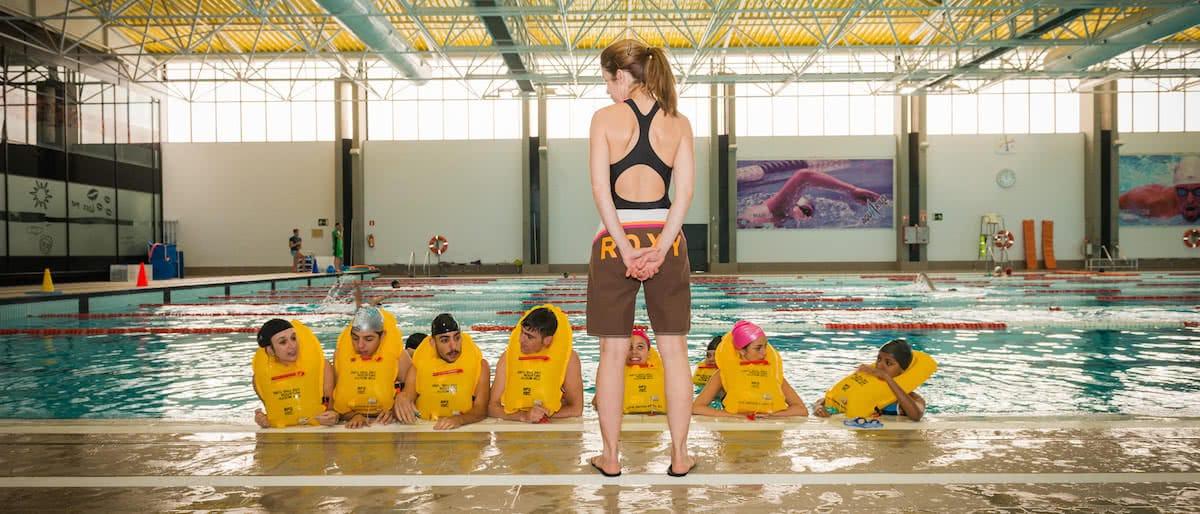 alumnos de air hostess malaga en piscina haciendo practicas de natacion