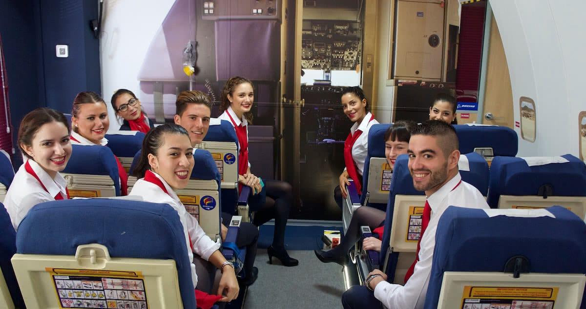 promocion de alumnos de air hostess en replica de pasillo de avion de pasajeros