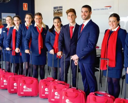 promocion de alumnos de air hostess uniformados y con maletas
