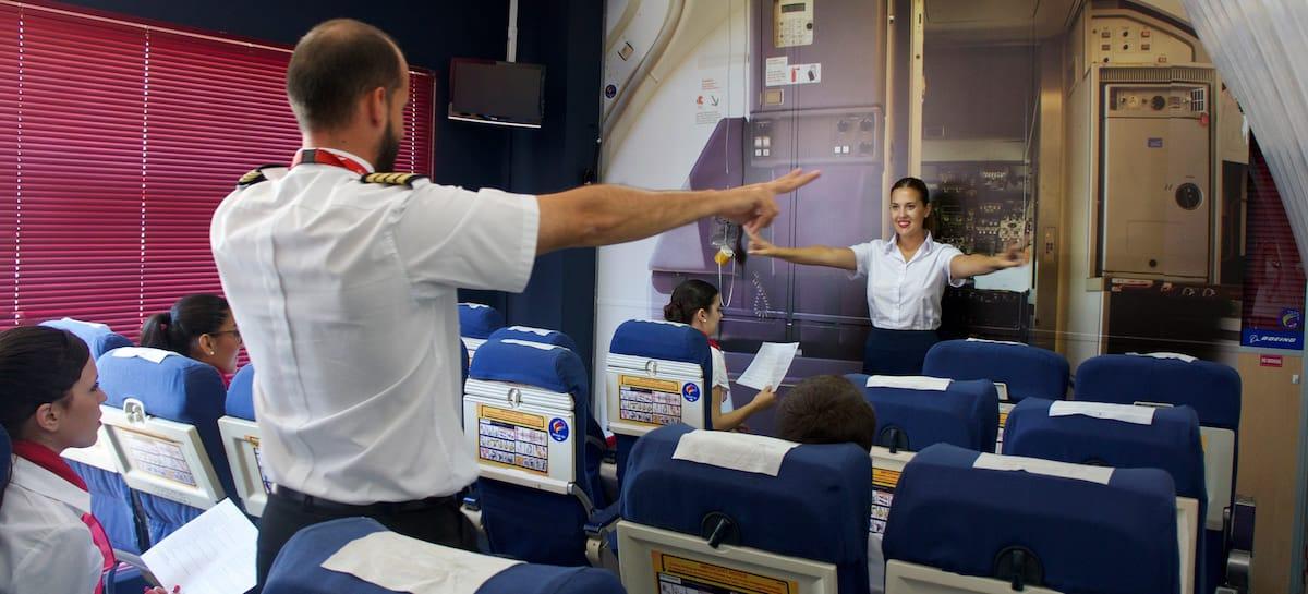 tutor de air hostess y alumna en clases practicas del curso de tcp