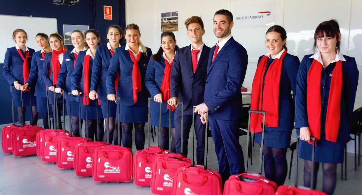 promocion de alumnos de air hostess uniformados y con maletas