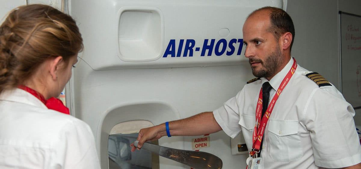 tutor de air hostess en practicas en avion con alumna