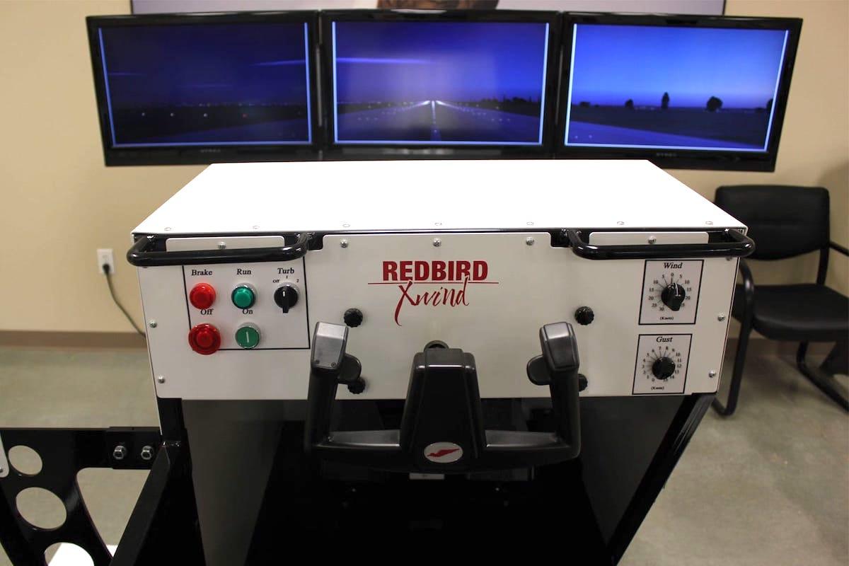controles del simulador full motion redbird xwind