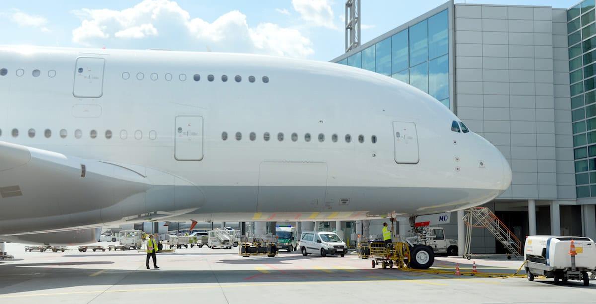 gran avion de pasajeros con tres pisos en aeropuerto