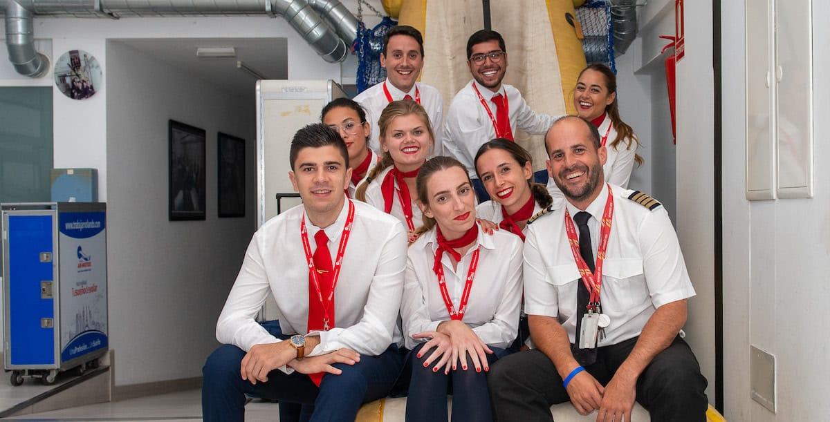 tutor de air hostess con alumnos en simulador en a coruña