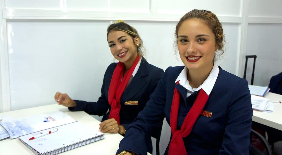 alumnas de academia air hostess sonrientes en clase teorica