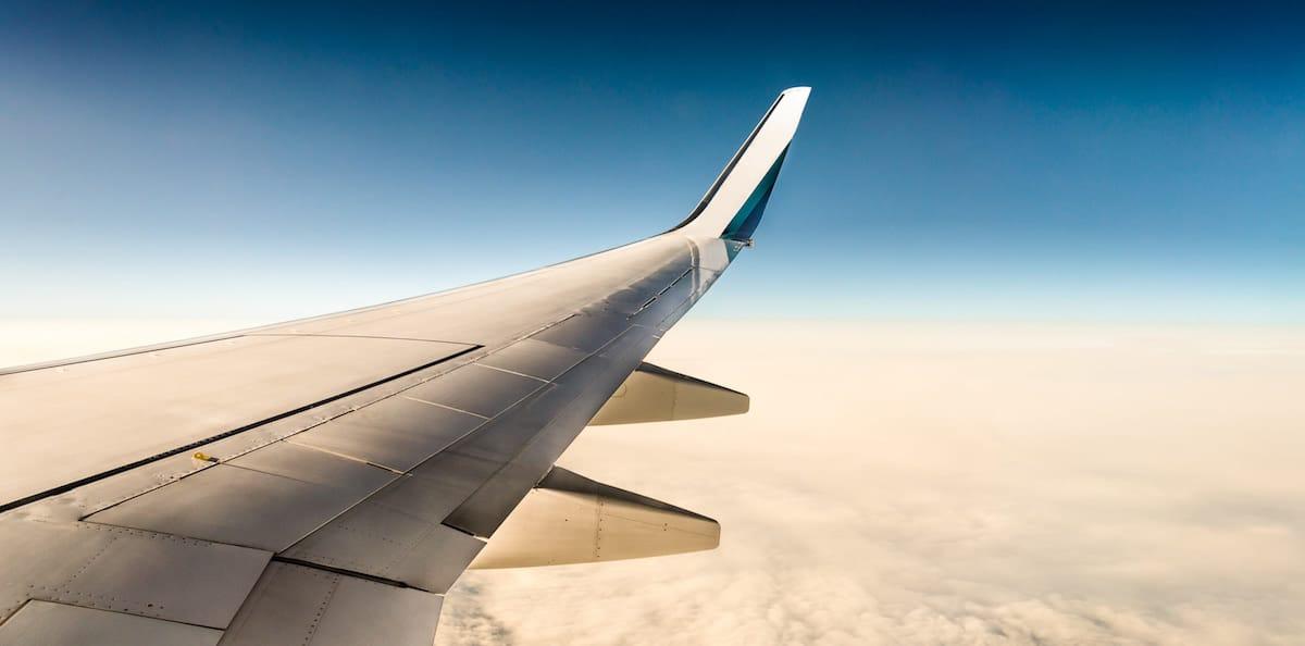 ala de avion con fondo de nubes y cielo azul