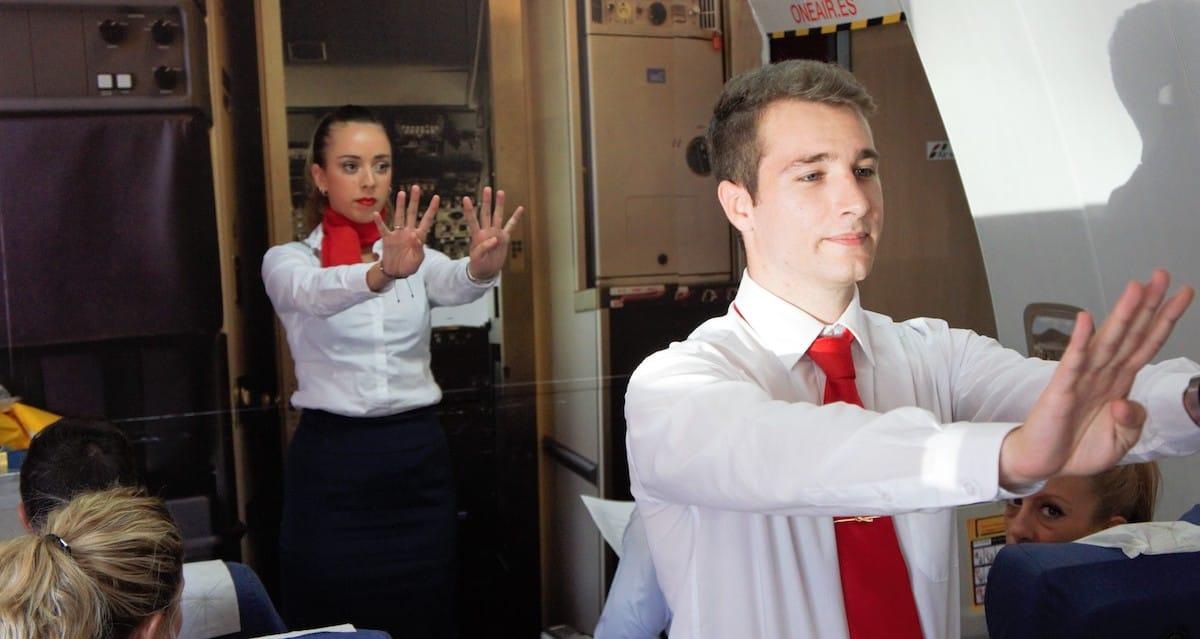 estudiantes de air hostess malaga durante el curso de auxiliar de vuelo