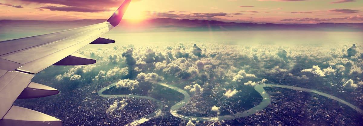 Avión sobrevolando una ciudad.