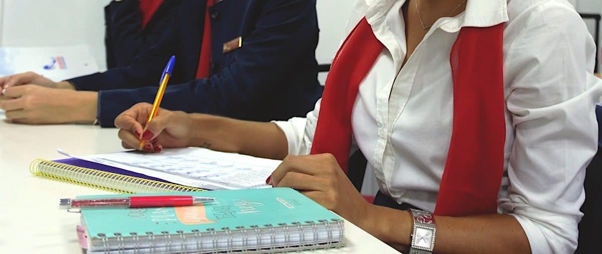 Mujer haciendo examen de inglés para entrevista de azafata de vuelo.