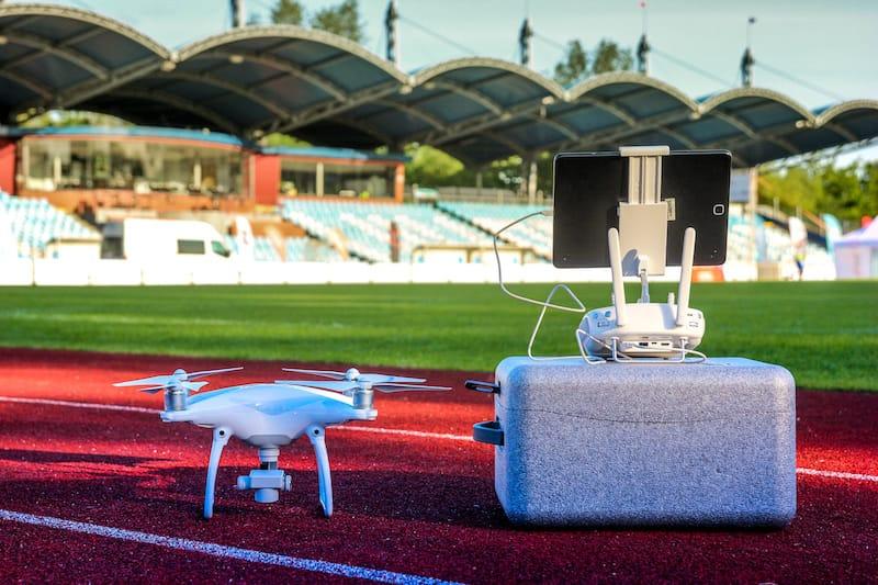 Dron DJI Phantom sobre el suelo de un estadio deportivo.