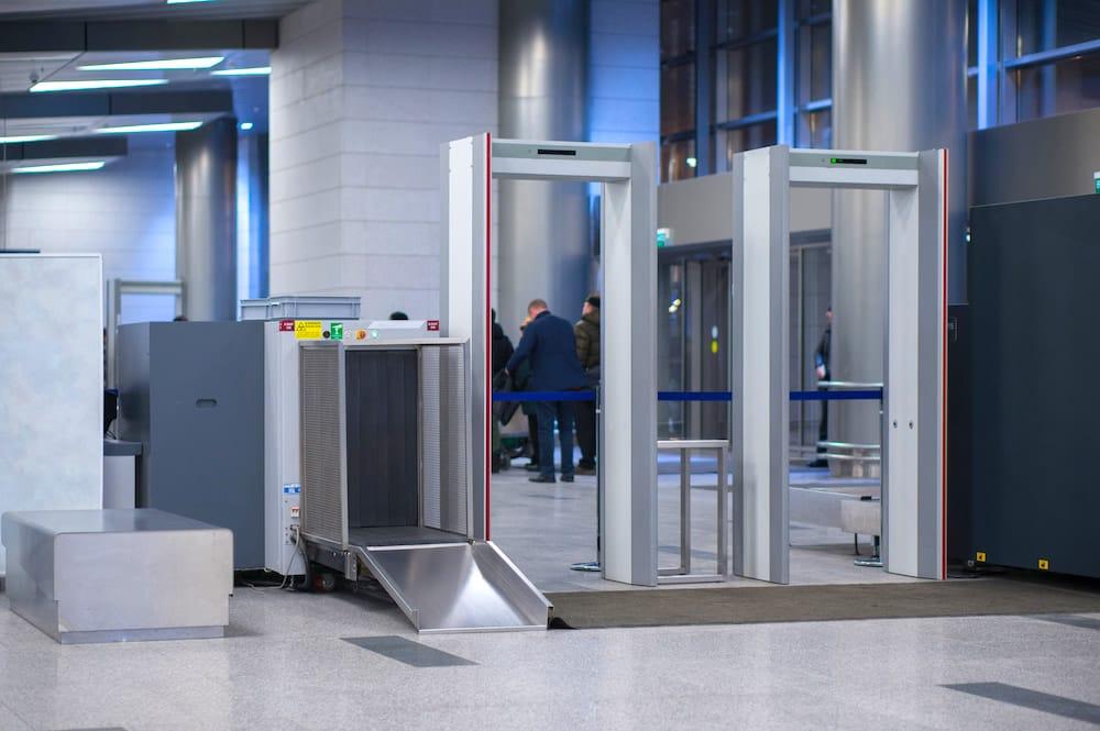 Control de seguridad y arcos de detección de metales en la zona de salidas del Aeropuerto.