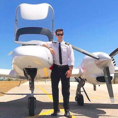 Jesús Magaz junto a la Diamond DA42, avión que utilizó durante el entrenamiento.