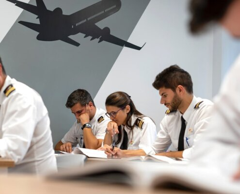 Alumnos de One Air en clase de teoría ATPL preparando los exámenes de piloto.